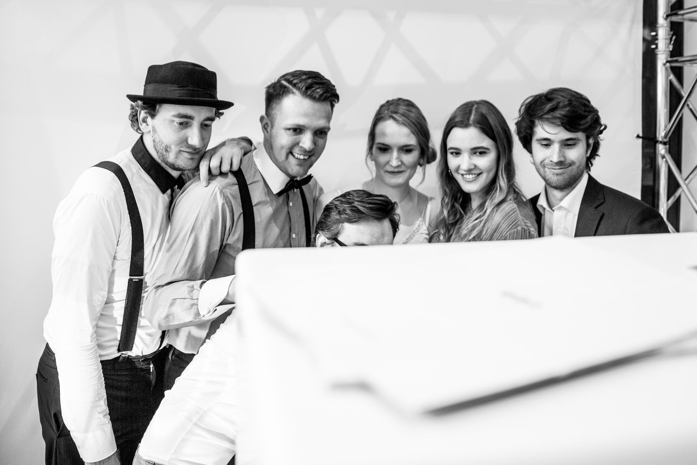 Popband  Hannover   Livemusik  Partyband   Liveband   Swingband   Team   Hochzeitsmesse   Jazzband   Soul  Motown   Swing   Hochzeit   Messe  Firmenfeier   Messeparty   Dinner   Empfang   Gala   Charity   Buchen  Anfragen