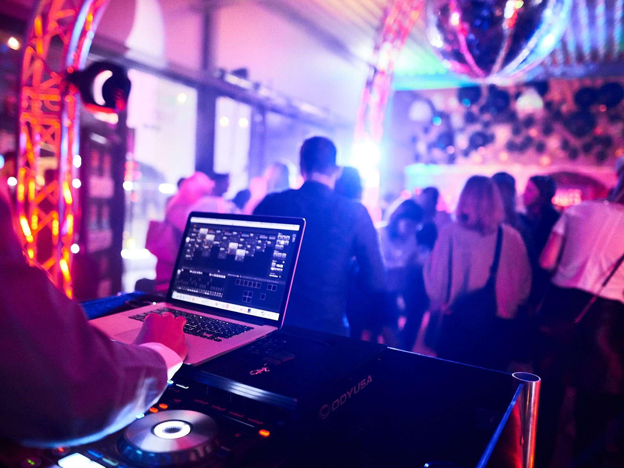 DJ | Plus | Saxophonist | Percussion | Schlagzeug | Gesang | Sängerin | Party | Act | Show | Buchen | Anfragen | Mieten | Hochzeit | Firmenfeier | Messeparty | Modern | Jukes
