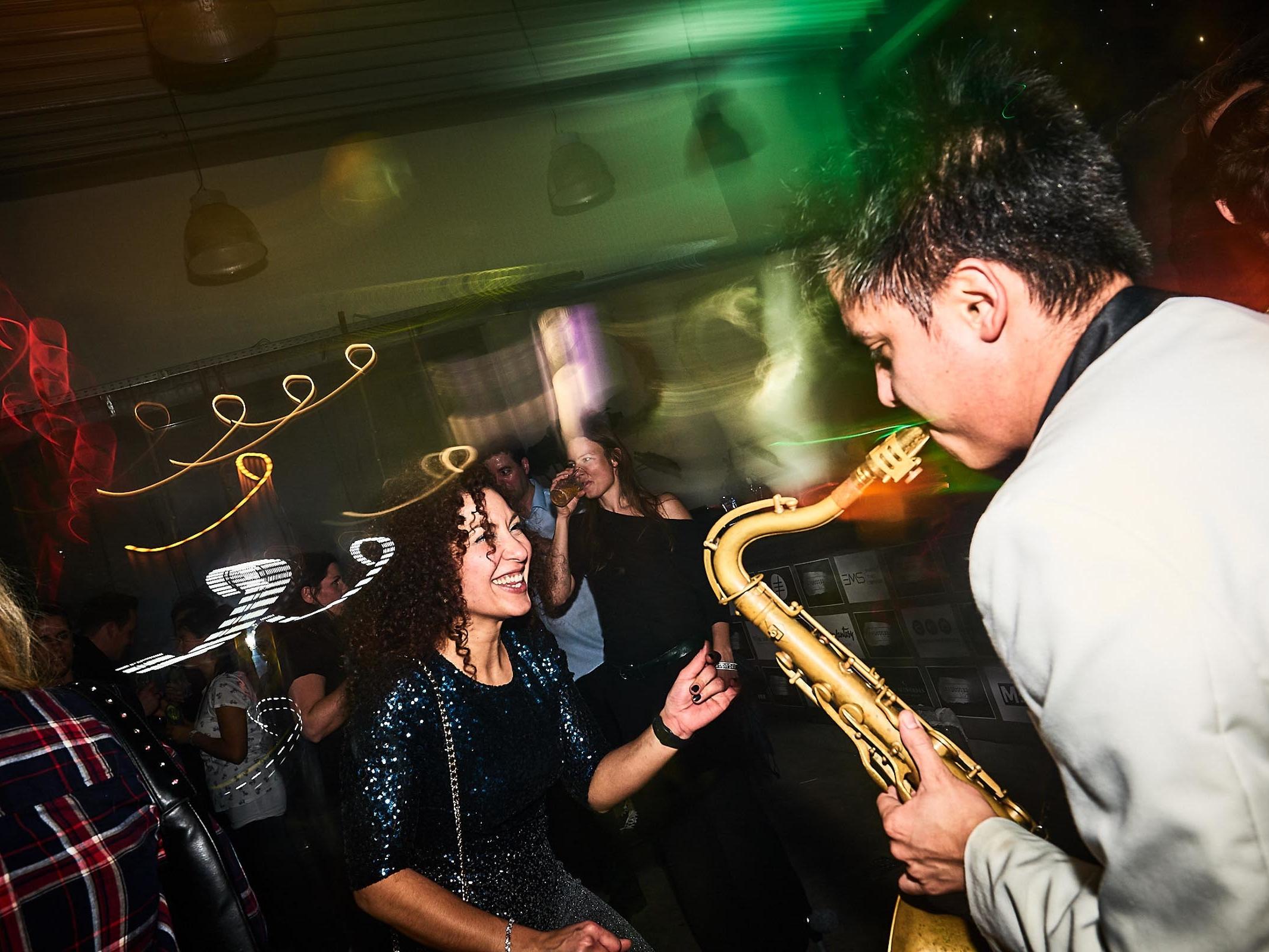 Saxophonist | Hannover | Party | Dinner | Empfang | Lounge | DJ | Plus | Livemusik | Liveband | Musiker | Künstler | Swing | Loungeband | Popband | Saxophon | Combo | Hochzeit | Messe | Firmenfeier | Charity | Gala | Party | Buchen