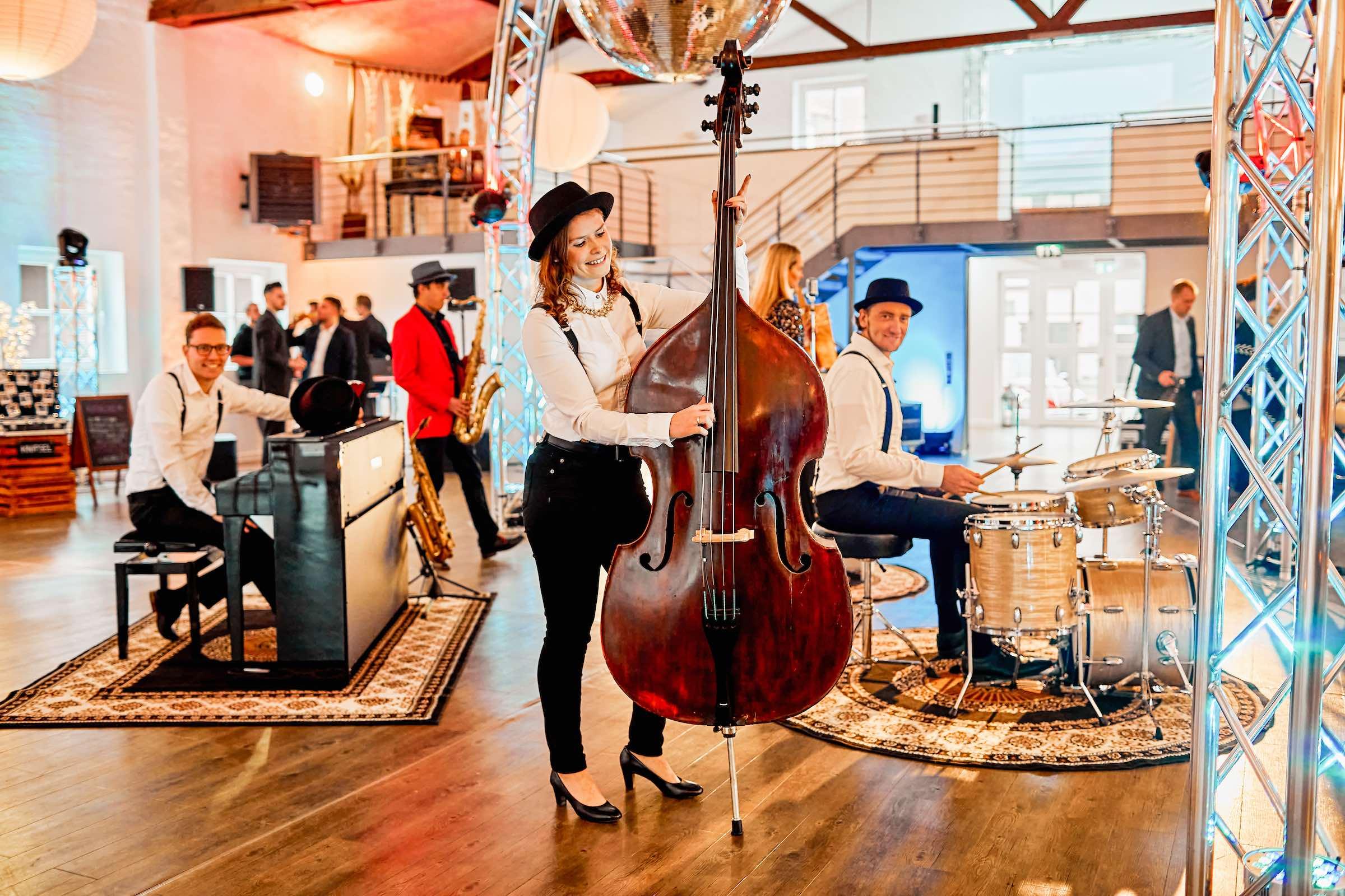 Band | Empfang | Sektempfang | Hochzeit | Hannover | Popband | Jazzband | Sektempfang | Kontrabass | Piano | Schlagzeug | Gesang | Party | Trauung | Dinner | Buchen | Mieten | Modern | Jukes