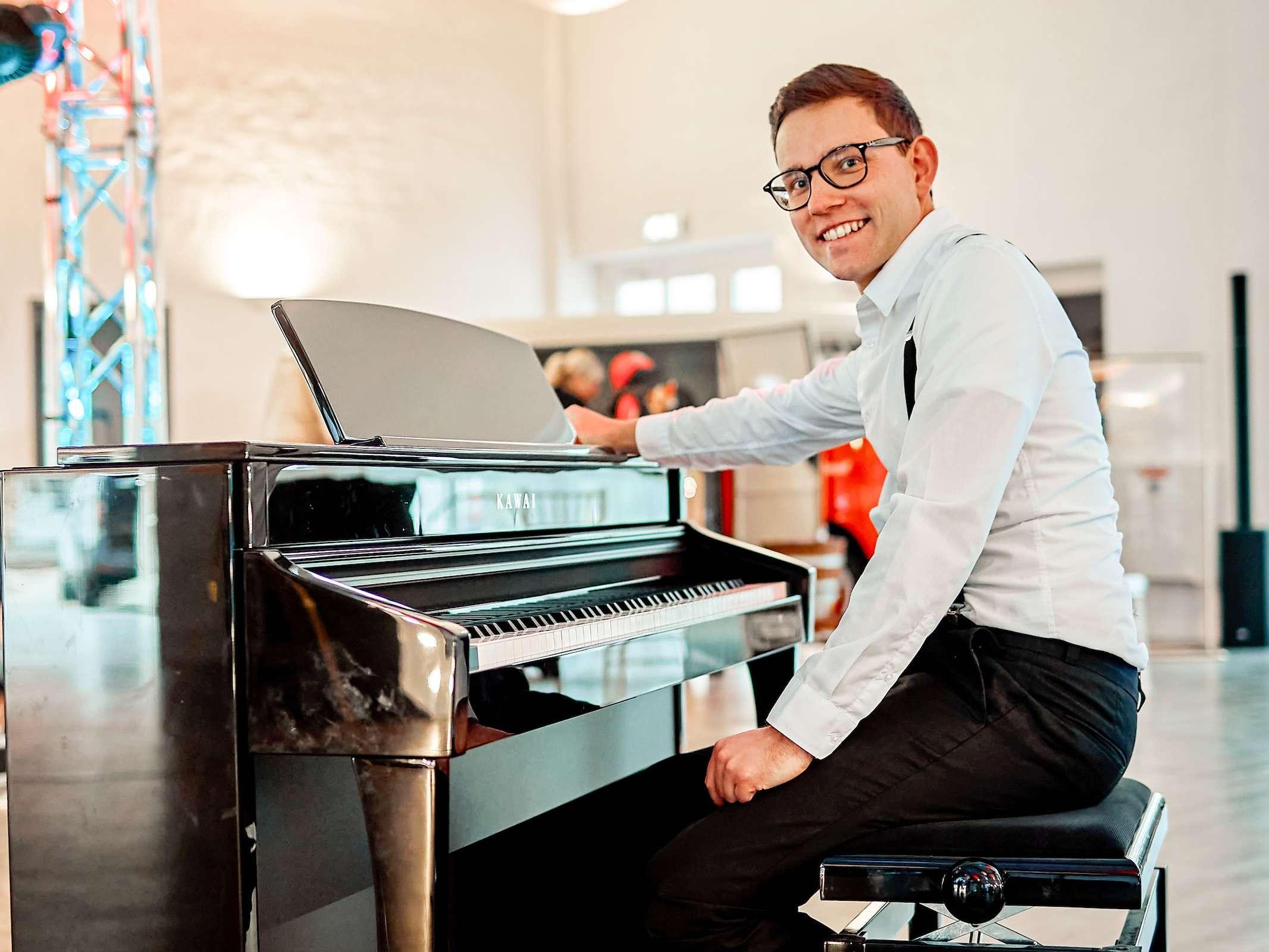 Pianist | Klavierspieler | Barpiano | Barpianist | Hannover | Trauung | Hochzeit | Empfang | Sektempfang | Dinner | Kirche | Buchen | Mieten | Anfragen | Alexander | Barsch | Modern | Jukes